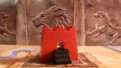monumentas. gale ėjimo duoda raudoną ir juodą tašką, jei šioje karalystėje yra atitinkamos spalvos vadai